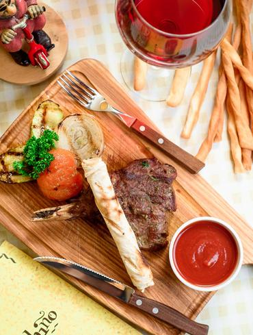Каре телятины с соусом барбекю и овощами гриль